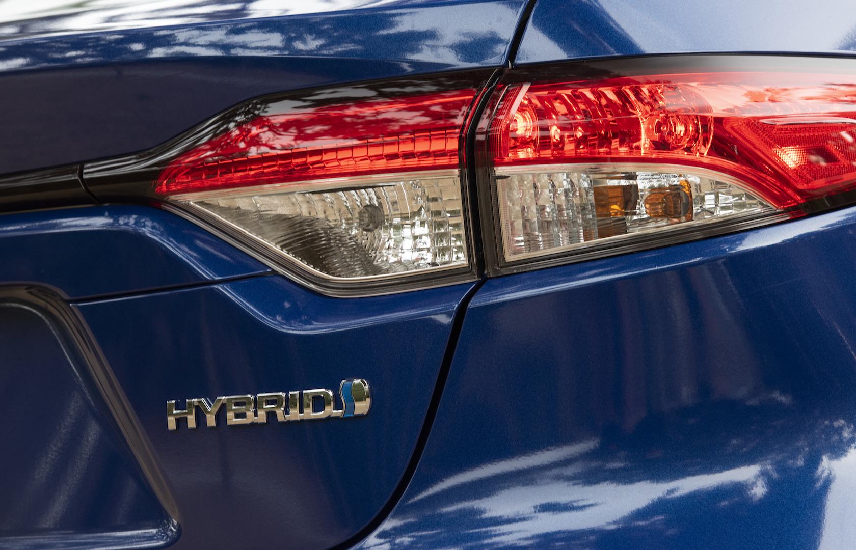 2020_Corolla_LE_Hybrid_BlueCrushMetallic_032_v1_current