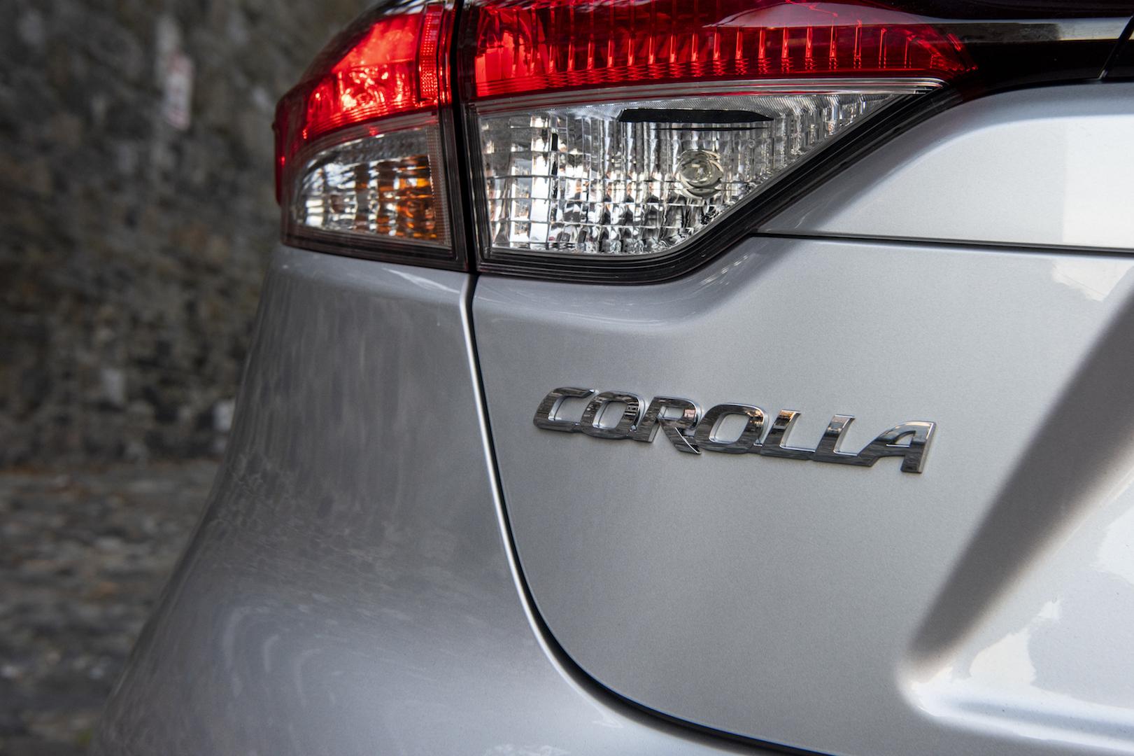 2020_Corolla_SE_ClassicSilverMetallic_020_v1_current