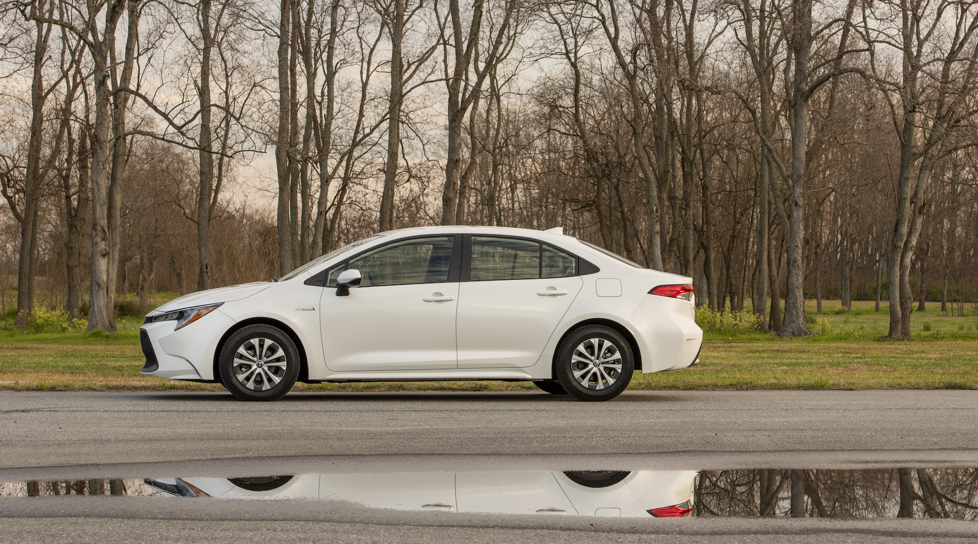 2020_Corolla_LE_Hybrid_BlizzardPearl_006_v1_current