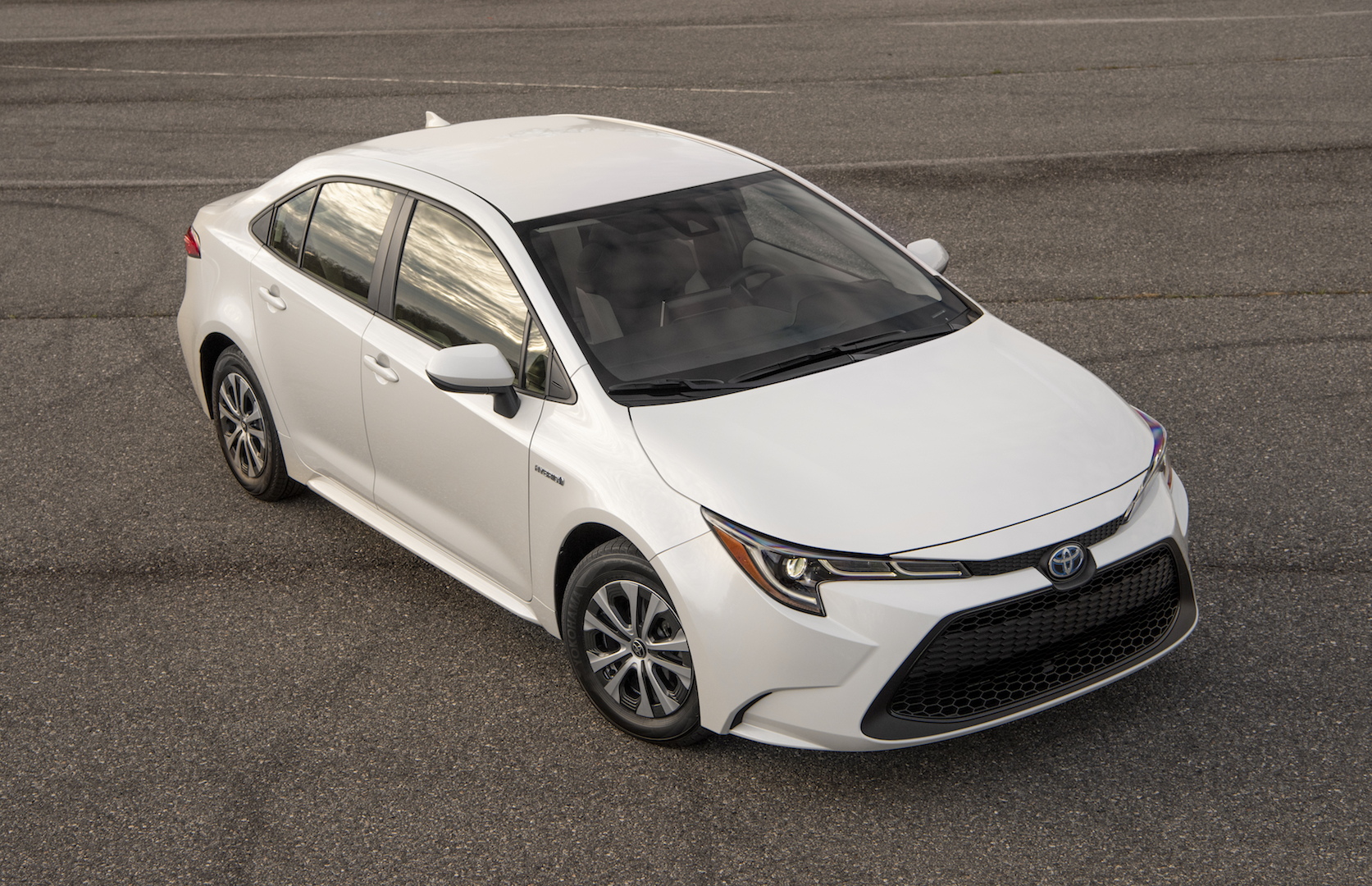 2020_Corolla_LE_Hybrid_BlizzardPearl_007_v1_current