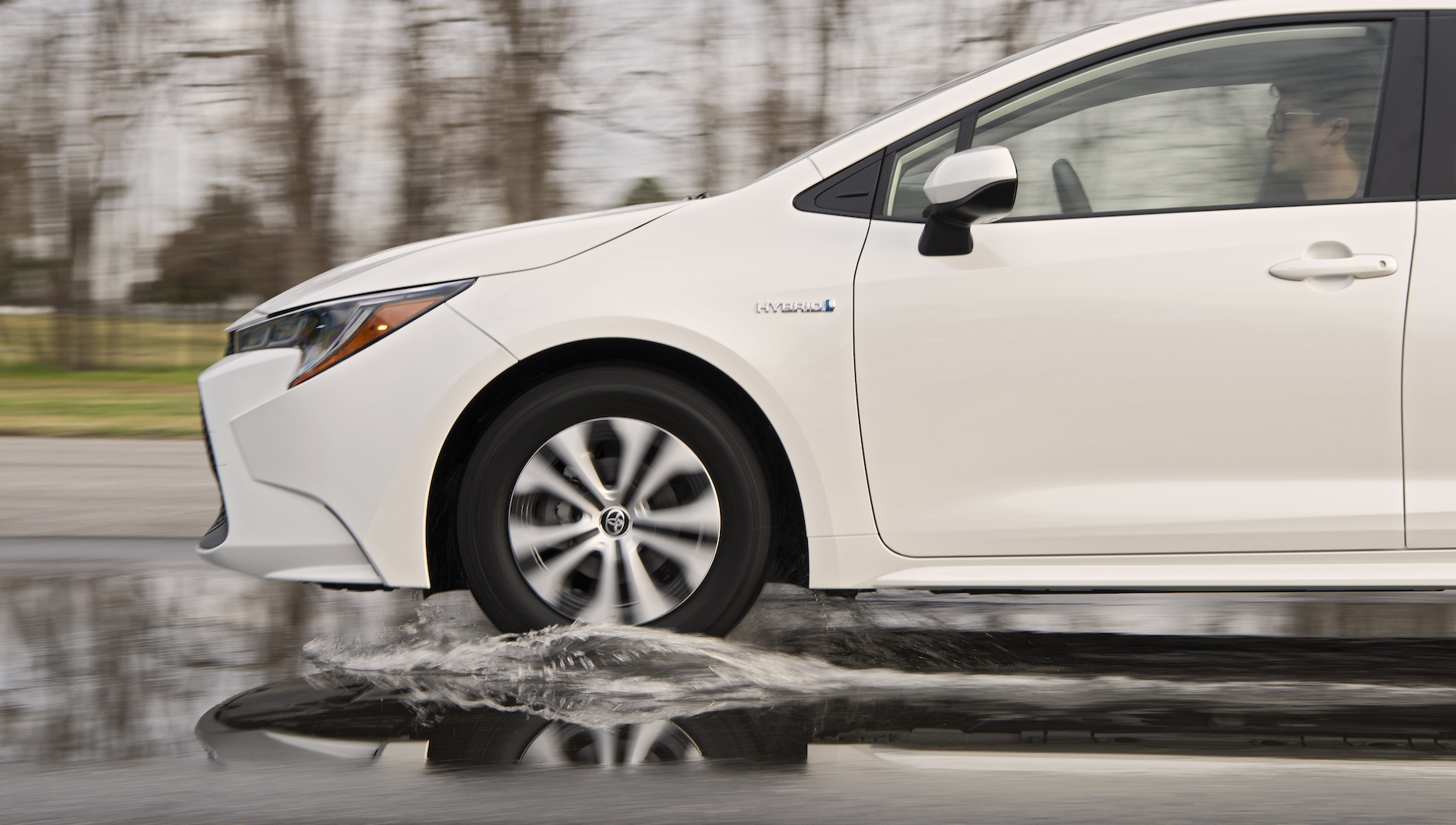 2020_Corolla_LE_Hybrid_BlizzardPearl_008_v1_current
