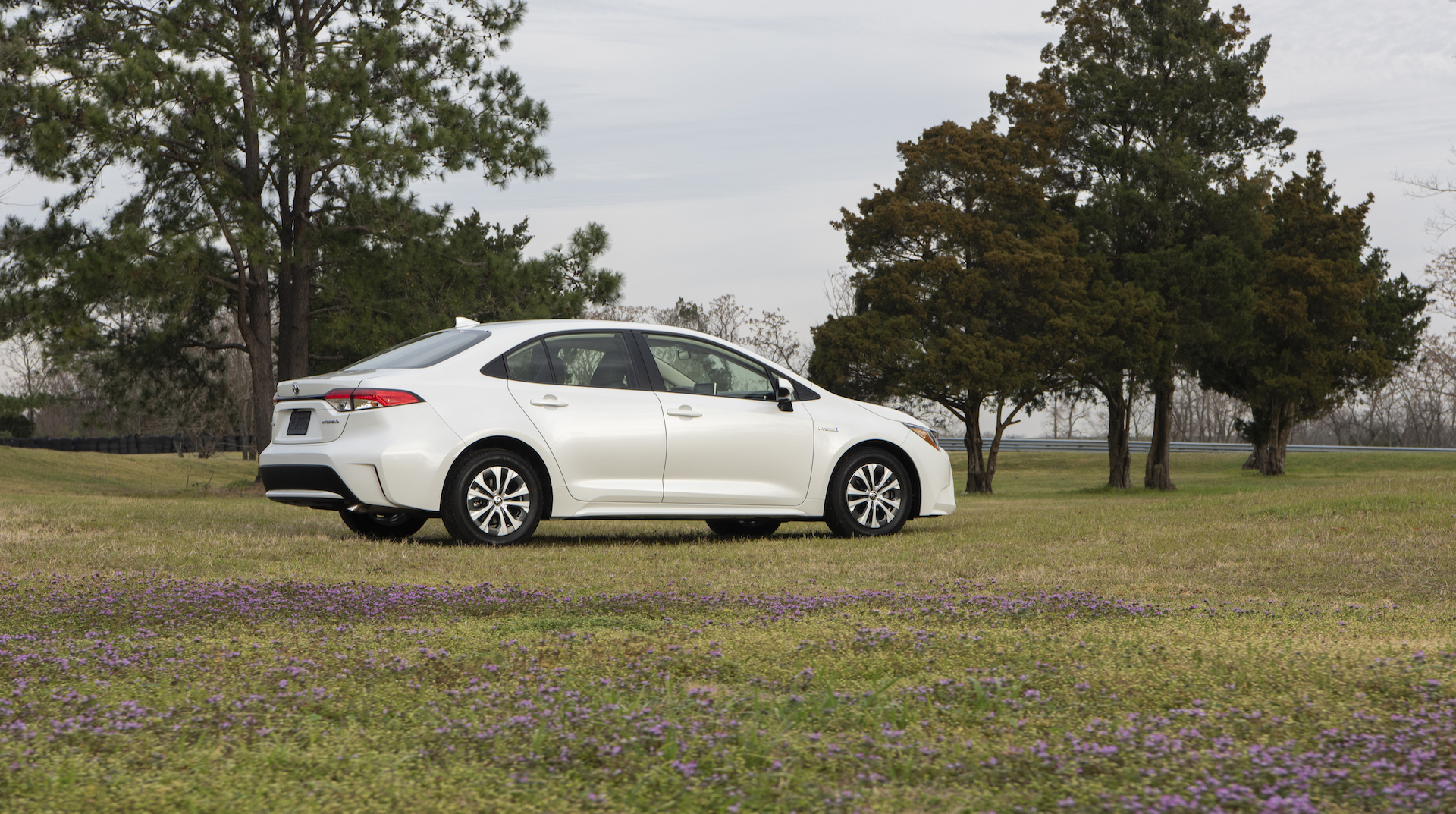 2020_Corolla_LE_Hybrid_BlizzardPearl_009_v1_current