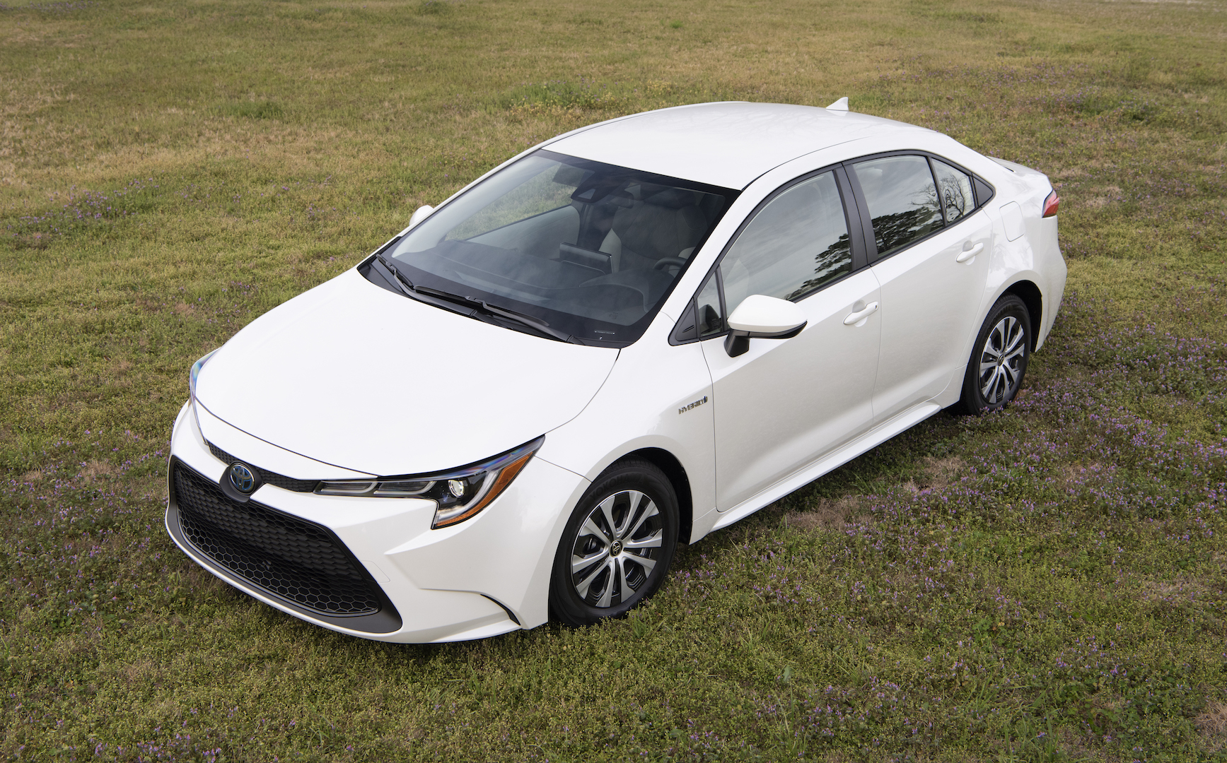 2020_Corolla_LE_Hybrid_BlizzardPearl_010_v1_current