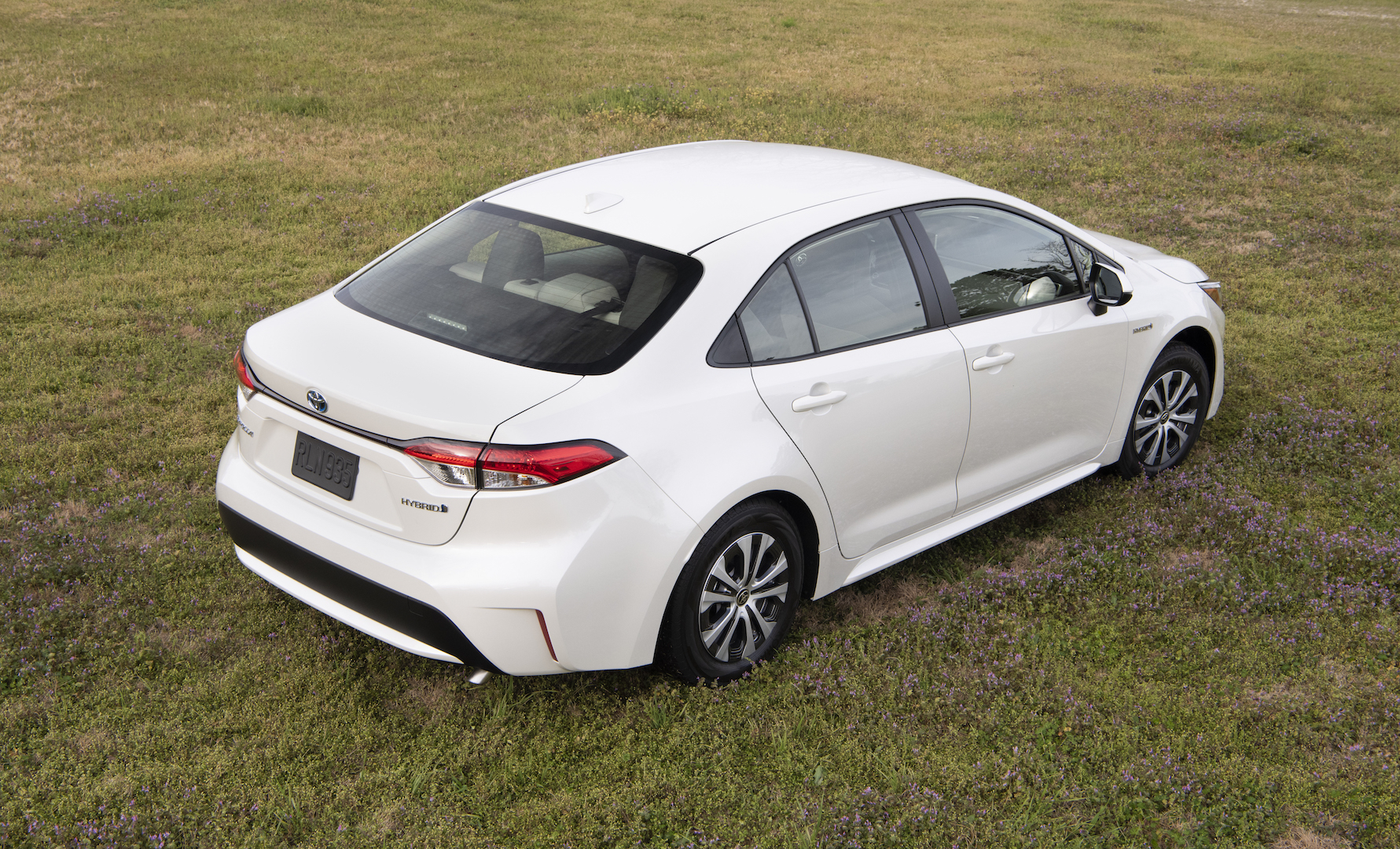 2020_Corolla_LE_Hybrid_BlizzardPearl_011_v1_current