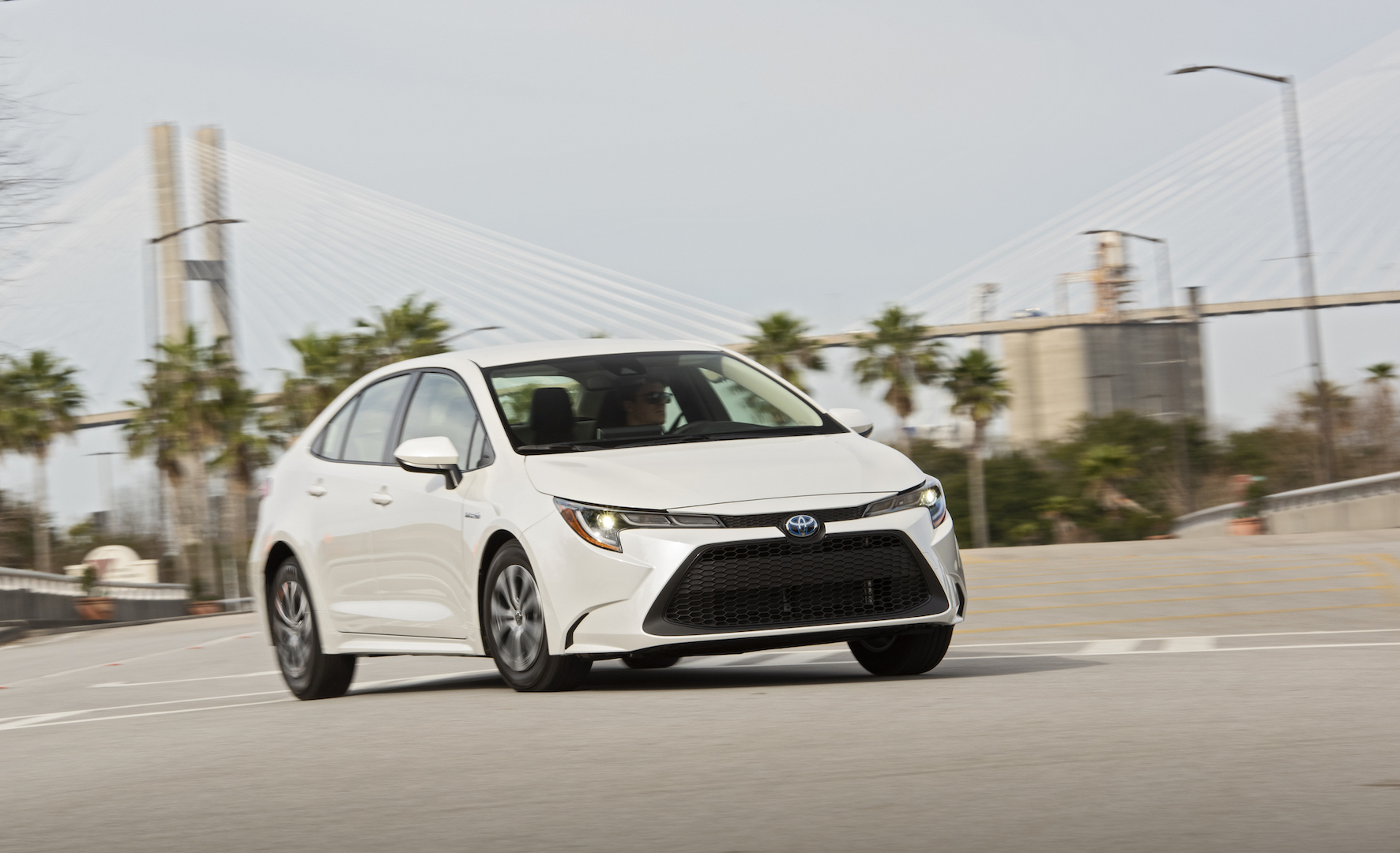 2020_Corolla_LE_Hybrid_BlizzardPearl_017_v1_current