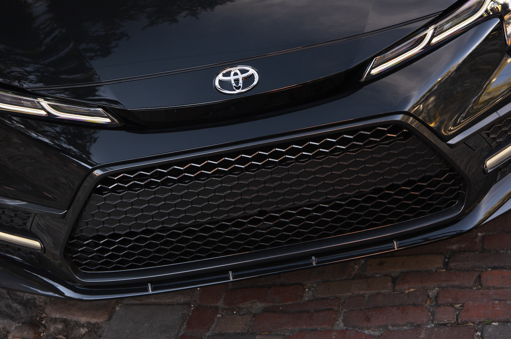 2020_Corolla_XSE_BlackSandPearl_016_v1_current
